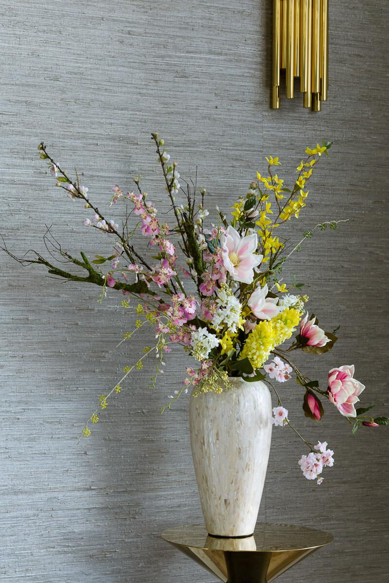 kompozycja kwiatów sztucznych na wiosnę